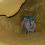 Az apró barlangászok nagyon élvezik a kúszást a barlangban