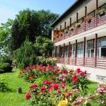 A Rózsák kertje a Duna-Ipoly Nemzeti Park Igazgatóság épületével (fotó: Halász Ferenc)