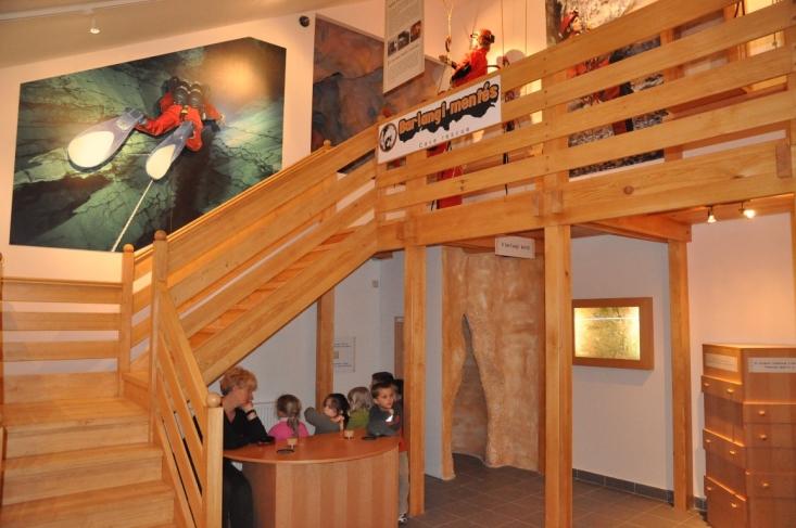 Játékos kiállítás a Szemlő-hegyi-barlangban (fotó: dr. Kézdy Pál)