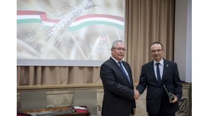 Csonka Péter átveszi kitüntetését Dr. Fazekas Sándor földművelésügyi minisztertől