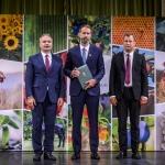 Kiss Gyula veszi át a Miniszteri Elismerő Oklevelet